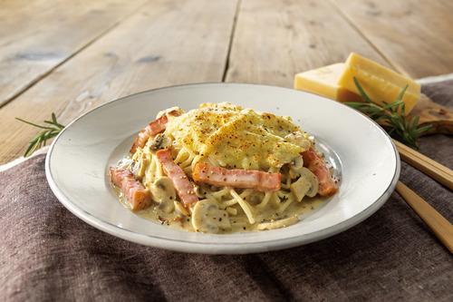 スイス産ラクレットチーズとベーコンのマッシュルームクリームパスタ